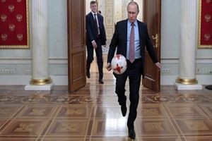 Putin makam odasında futbol oynadı.18264