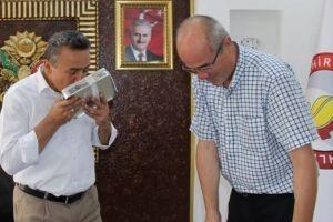 Başkan Tutal'a Kırım bayrağı hediye edildi.20687