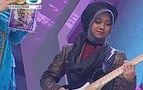 Elektronik gitarc� k���k han�m - �zle